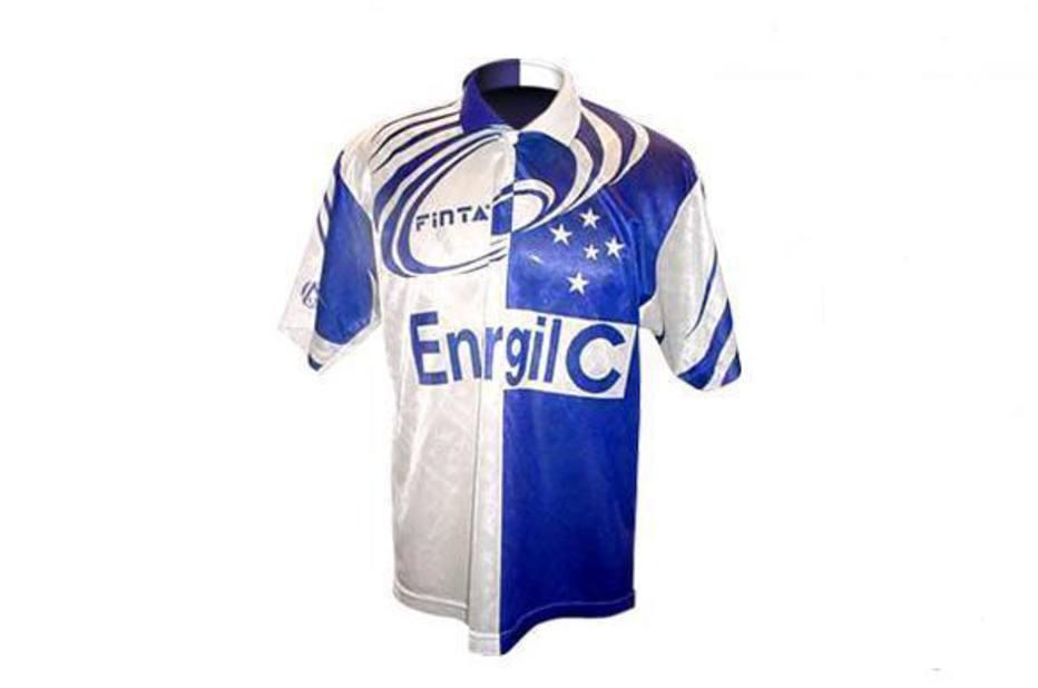 af93fc8ef6 Fluminense. Essa de 2001 também não tinha como ficar de fora da lista.  Imagine a tristeza de quem comprou essa camisa na época.